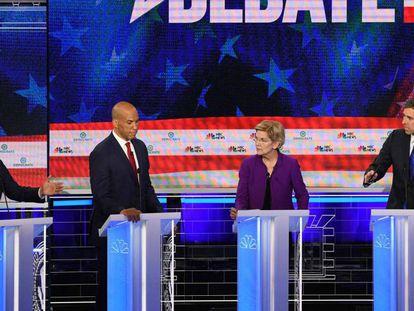 De izquierda a derecha, los precandidatos demócratas Julian Castro, Cory Booker, Elizabeth Warren y Beto O'Rourke, este miércoles durante el debate en Miami.