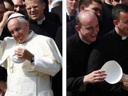 El Papa bromea con unos sacerdotes en la plaza de San Pedro, en 2016.