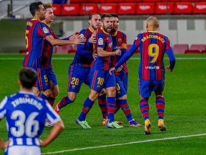 Los jugadores del Barça felicitan a Alba tras su gol a la Real.