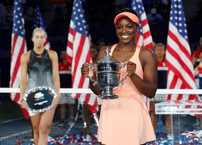 Sloane Stephens posa con el trofeo del US Open de 2017.