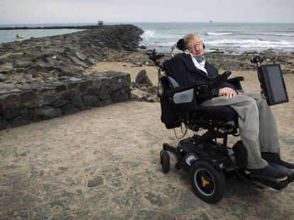 Hawking en una playa de Tenerife en 2015. En vídeo, la secuencia realizada por la Universidad de Cambridge en homenaje a Hawking.