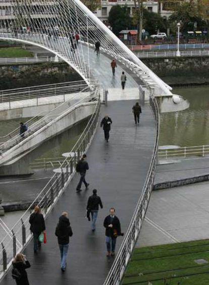 Puente de Calatrava unido a la pasarela de Isozaki, que ha creado la polémica, sobre la ría de Bilbao.