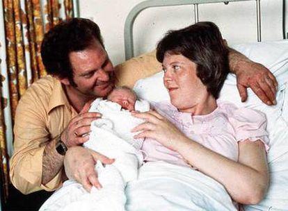 Imagen de la primera niña probeta, Louise Brown, junto a su madre.