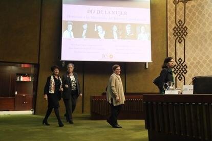 Homenaje a las magistradas del Tribunal Constitucional. De izquierda a derecha, Adela Asua, Encarnación Roca, Elisa Pérez y María Emilia Casas.