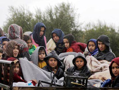 Civiles kurdosirios salen de Afrin con sus pertenencias, este viernes.