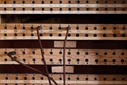 Clavijas que activaban los contactos con los micrófonos escondidos en las paredes de los hoteles de Tirana.
