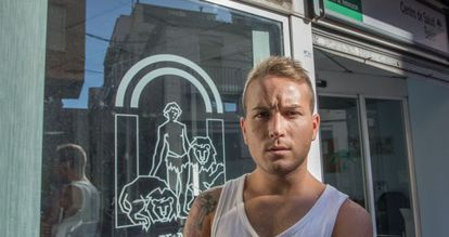 David Cámara, frente al centro de salud al que reclama por homofobia.