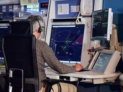 Un controlador aéreo de Enaire