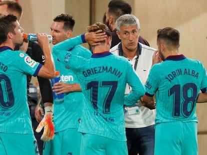 Quique Setién conversa con varios jugadores del Barça en el partido ante el Villarreal el pasado domingo en La Cerámica.