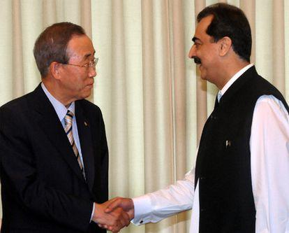 El secretario de Naciones Unidas, Ban Ki-moon, se reúne con el primer ministro pakistaní, Yusuf Raza Gilani, es Islamabad.