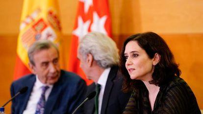 Burgueño (izquierda), junto a Ruiz-Escudero y Díaz Ayuso.