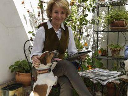Esperanza Aguirre, con su perro Pecas, en una imagen de archivo.