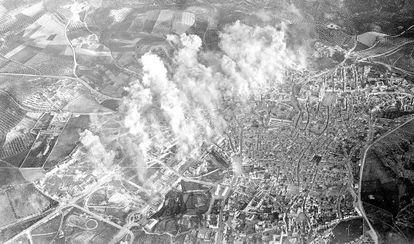 Fotografía del bombardeo de Jaén el 1 de abril de 1937 tomada desde uno de los aviones que participó en el ataque.