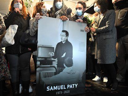Familiares y colegas de Samuel Paty muestran una imagen del asesinado durante una marcha en octubre de 2020 en Conflans-Sainte-Honorine.