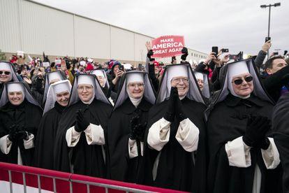 Un grupo de monjas, ayer en un mitin de Trump en Washington (Michigan).
