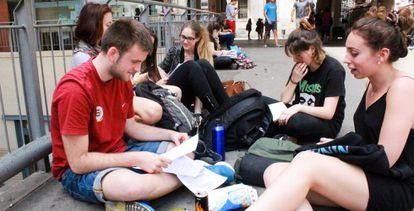 Estudiantes en un descanso de la Selectividad, en la Universidad de Barcelona.