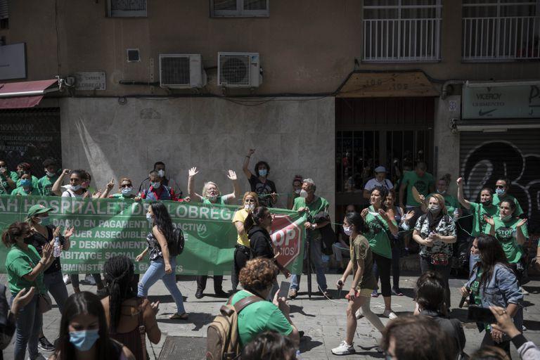 Concentracion de la PAH para frenar un desahucio en Hospitalet del Llobregat (Barcelona), la semana pasada.