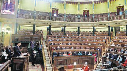 El presidente del Gobierno, Pedro Sánchez (en la tribuna), comparece en el Pleno del Congreso de los Diputados.
