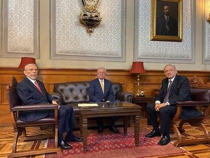 De izquierda a derecha, el nuevo secretario Jorge Arganis, Jiménez Espriu y López Obrador.