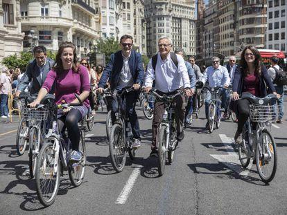 De derecha a izquierda, la vicepresidenta del Consell, Mònica Oltra, el alcalde de Valencia, Joan Ribó, y edil de Sostenibilidad, Giuseppe Grezzi.