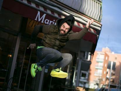 El cantante Iván Sevillano, Huecco, frente a la pastelería Marimer, que regenta en el barrio de Campamento, en Madrid.
