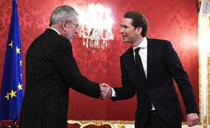 El presidente austriaco, Alexander van der Bellen (izquierda) recibe al líder conservador, Sebastian Kurz, el jueves en Viena.