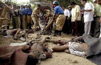 La policía y los bomberos retiran los cadáveres de las víctimas de la explosión ayer en Dacca.
