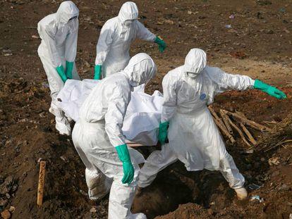 Entierro de una víctima de ébola en Sierra Leona la semana pasada.
