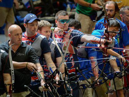 Un grupo de veteranos de guerra en un concurso de tiro con arco.