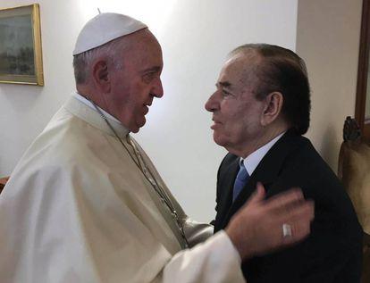 El Papa Francisco saluda a Carlos Saúl Menem en Santa Marta.