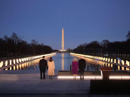El futuro presidente de Estados Unidos, Joe Biden, a la derecha junto a su esposa, Jill Biden, y la que será nueva vicepresidenta, Kamala Harris, junto a su marido, Douglas Emhoff, el martes en Washington en un acto para recordar a las víctimas de la pandemia del coronavirus.