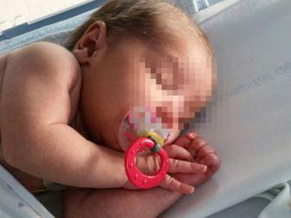 El bebé, descansando ayer en una cuna del Hospital del Henares.