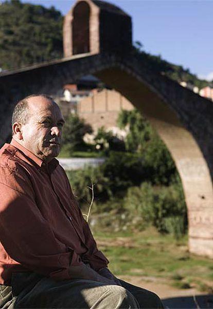 Ahmed Tommouhi, ayer, con el <i>Puente del Diablo</i> al fondo, en Martorell (Barcelona).