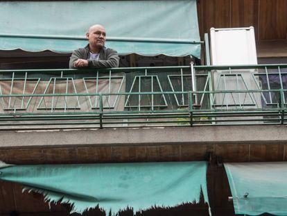 El peruano Efraim Media, en el balcón de su casa en Benimamet (Valencia)