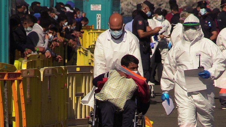 Migrantes en el campamento del muelle de Arguineguín, en Gran Canaria este jueves.