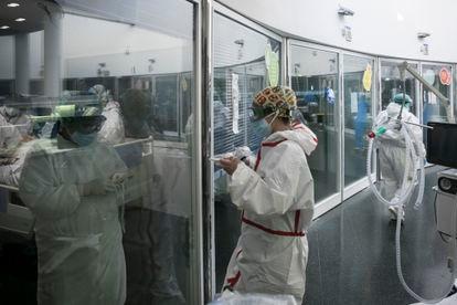 Personal sanitario atiende a pacientes covid en la UCI del hospital del Mar de Barcelona, en enero.
