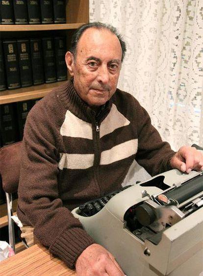 Federico Lafuente, ante su Hispano-Olivetti, en el local de Ediciones Cíes de El Campello, Alicante.