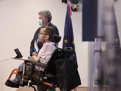 Pablo Echenique (en primer término) y Juantxo López de Uralde, este jueves en el Congreso.