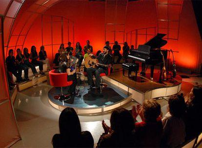 El cantante Juan Luis Guerra, en uno de los estudios de V-me