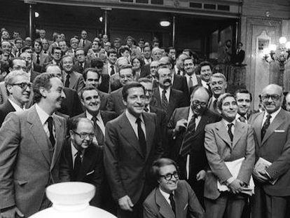 Los parlamentarios de UCD posan en el Congreso una vez aprobada la Constitución, el 31 de octubre<QA0> de 1978.