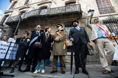 Actores caracterizados como Franco y su esposa; a su derecha como los alcaldes Alfonso Molina y Sergio Peñamaría de Llano, y a su izquierda, con abrigo oscuro, como Pedro Barrié en un acto reivindicativo ante la casa Cornide.