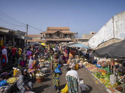 El mercado de Saint Louis (Senegal), en las proximidades de la antigua estación de trenes.