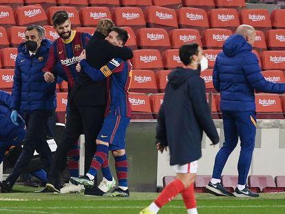 Koeman y Messi se abrazan en presencia de Piqué.