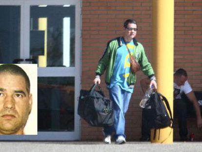 Antonio Troitiño a la salida de la cárcel de Huelva. En la imagen pequeña, foto facilitada por Interior.