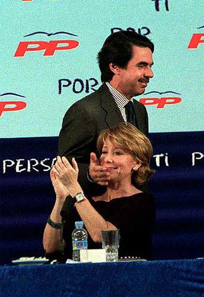 Aznar, entonces presidente del Gobierno, saluda con un gesto cariñoso a Aguirre en mayo de 2003.