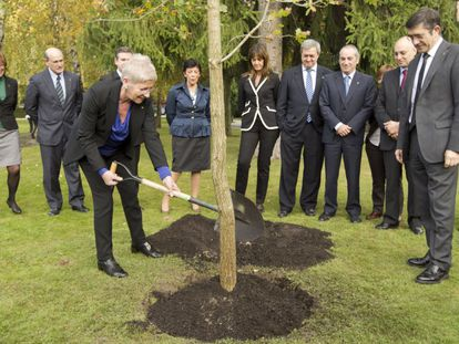 El entonces lehendakari, Patxi López, y Maixabel Lasa, que fue directora de la oficina de Atención a las Víctimas del Terrorismo del Gobierno Vasco entre 2001 y 2012, plantan un árbol en 2019 en la celebración del Día de la Memoria.