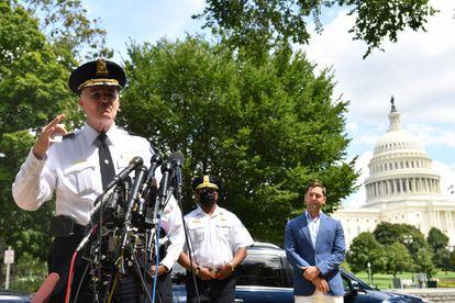 El jefe de policía del Capitolio de EE UU, Thomas Manger, comparece frente al Capitolio tras detener al sospechoso, Washington.