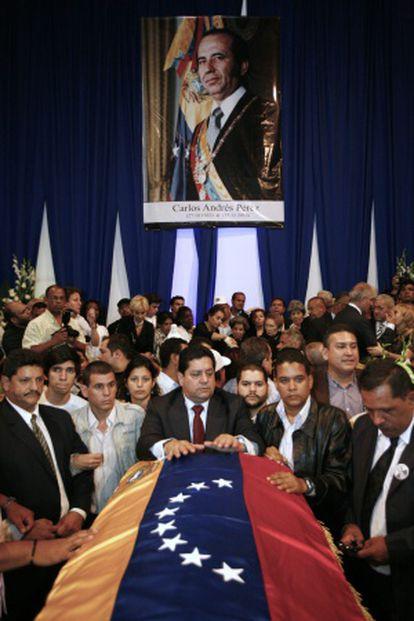 Seguidores del expresidente, durante su funeral.