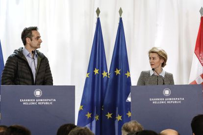 La presidenta de la Comisión Europea, Ursula von der Leyen, junto al primer ministro griego, Kyriakos Mitsotakis, el pasado martes.