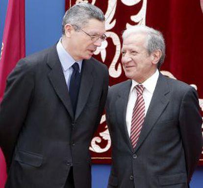 El ministro de Justicia,  Alberto Ruiz- Gallardón ( i), conversa con  Pascual Sala ( d), presidente del Tribunal Constitucional, en la fiesta de la Comunidad de Madrid.